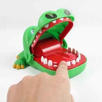 咬手指大嘴巴鳄鱼